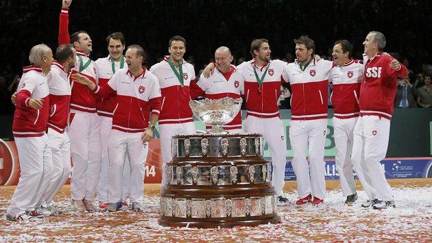 Švýcarští tenisté se radují ze zisku Davis Cupu.