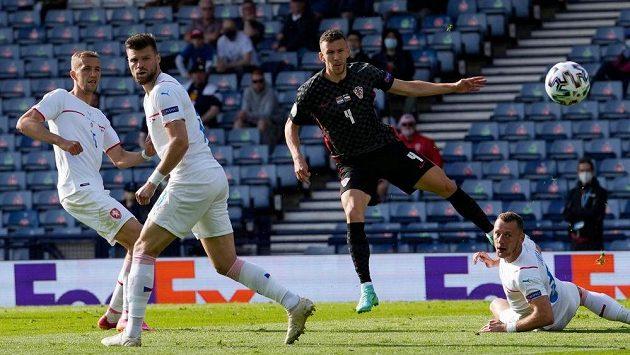 Chorvat Ivan Perišič střílí proti české reprezentaci vyrovnávací gól.