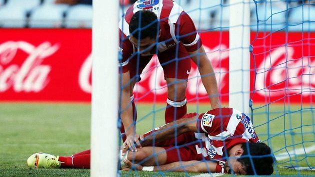 Koke z Atlétika Madrid se sklání nad zraněným spoluhráčem Diegem Costou v ligovém utkání na hřišti Getafe.
