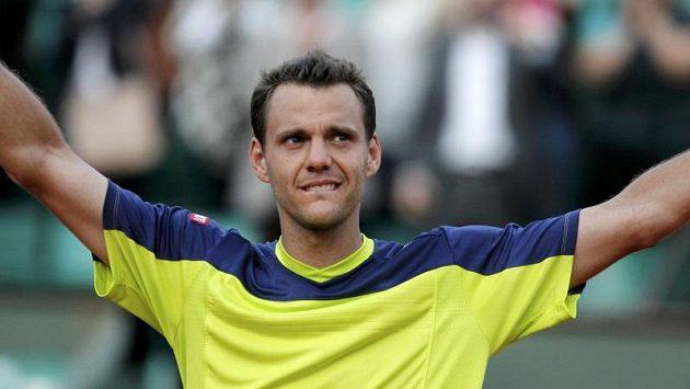 Paul-Henri Mathieu se raduje po vítězství ve druhém nejdelším utkání na Roland Garros.