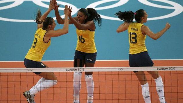 Brazilské volejbalistky (zleva) Danielle Linsová, Fernanda Rodriguesová a Sheilla Castrová slaví vítězství nad Ruskem.