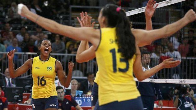 Brazilské volejbalistky oslavují získaný bod v utkání se Srbskem.