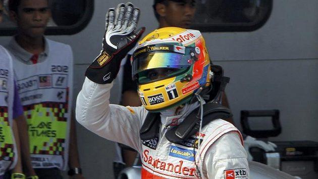 Lewis Hamilton po vyhrané kvalifikaci v Malajsii.