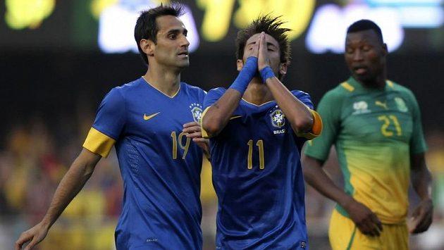 Brazilští fotbalisté Jonas (vlevo) a Neymar během přátelského zápasu proti Jižní Africe. V pozadí obránce JAR Siyabonga Sangweni.