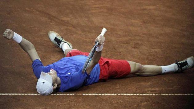 Tomáš Berdych se raduje. Proti Janko Tipsarevičovi vydřel vítězství a Češi jsou v semifinále Davis Cupu.