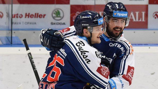 Hráči Vítkovic (zleva) David Květoň a Roman Szturc se radují z gólu při utkání s Pardubicemi. Ilustrační snímek.