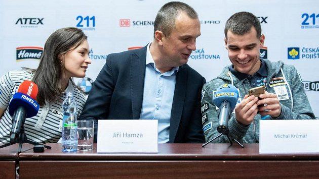 Prezident Českého svazu biatlonu Jiří Hamza mezi Veronikou Vítkovou a Michalem Krčmářem.