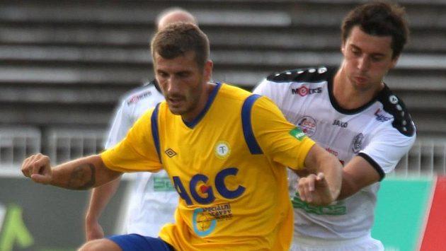 Admir Ljevakovič z Teplic v souboji s Jiřím Janouškem z Hradce Králové v 1. kole Synot ligy.