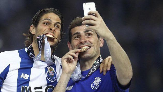 Brankář Iker Casillas (vpravo) se spoluhráčem z Porta Goncalem Pacienciou slaví titul v portugalské lize.