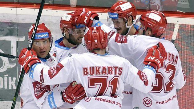 Třinečtí hráči se radují z třetího gólu - zleva Jiří Polanský, Vladimír Svačina, Roberts Bukarts, autor branky Tomáš Kundrátek a Milan Doudera.