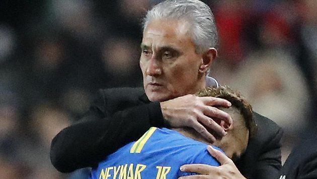 Manažer brazilské fotbalové reprezentace Tite utěšuje zraněnou hvězdu Kanárků - Neymara. Hvězda PSG musela ze hry už v osmé minutě mezistátního utkání s Kamerunem.