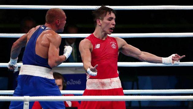 Irský boxer Michael John Conlan (vpravo) ukazuje vztyčené prostředníčky rozhodčím po zápase Vladimirem Nikitineem.