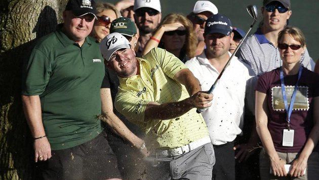 Robert Garrigus při těžkém úderu během golfového turnaje Valspar Championship.