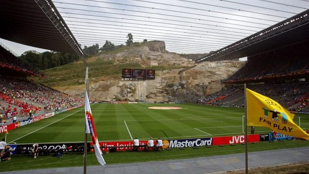 Fotbalový stadión v Braze stojí na místě bývalého lomu a jednu jeho stranu tvoří skalní stěna.