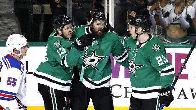 Hokejisté Dallasu Stars Mattias Janmark (13), Martin Hanzal a Esa Lindell (23) slaví rozhodující gól českého útočníka proti Rangers.