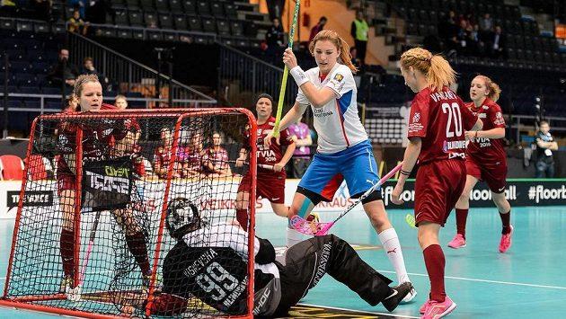 Česká florbalistka Eliška Krupnová (uprostřed) střílí gól do sítě Lotyšska na mistrovství světa ve finském Tampere.