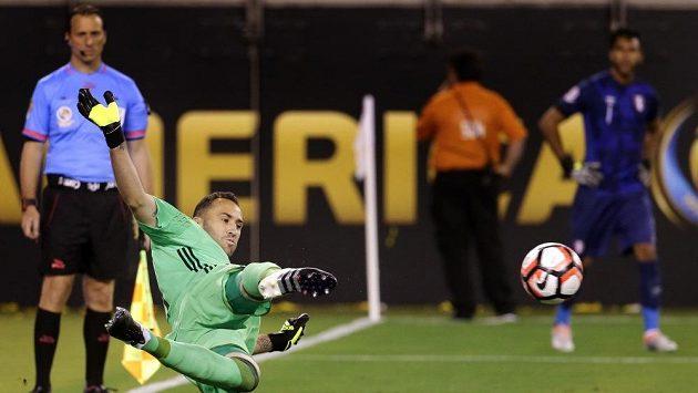 Kolumbijský brankář David Ospina chytá pokutový kop Miguelovi Traucovi z Peru.