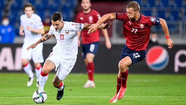 Vitali Lisakovič z Běloruska a Tomáš Souček během utkání kvalifikace MS 2022.