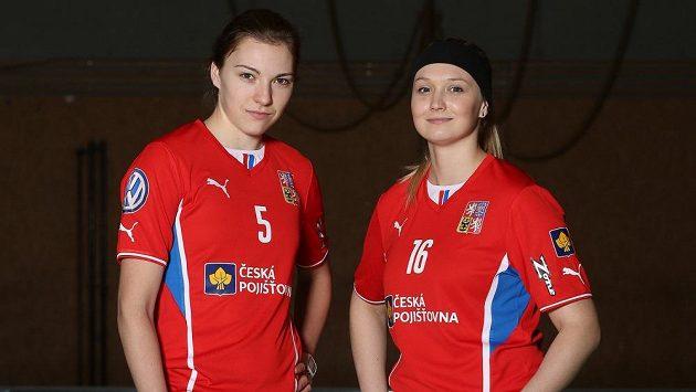 Eliška Krupnová (vlevo) a Tereza Urbánková. Dvě české zástupkyně v nejlepší florbalové lize světa.