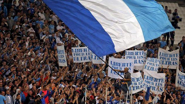 Fanoušci Olympique Marseille povzbuzují svůj tým .
