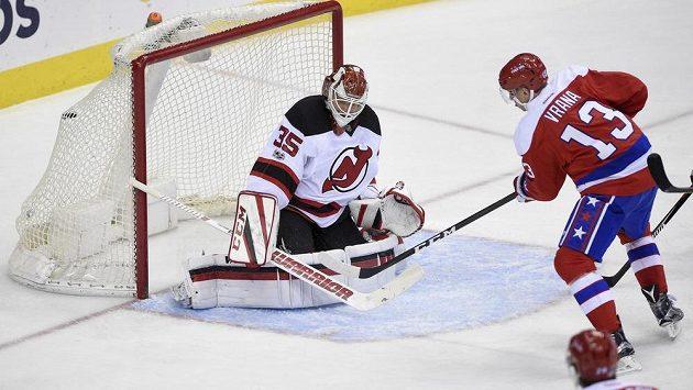 Český útočník Jakub Vrána vstřelil vítězný gól Washingtonu Capitals v utkání NHL proti New Jersey Devils. Gólman Cory Schneider proti ráně zblízka neměl nárok.