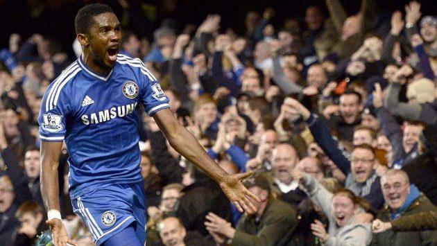 Útočník Chelsea Samuel Eto'o slaví gól v duelu s Liverpoolem.