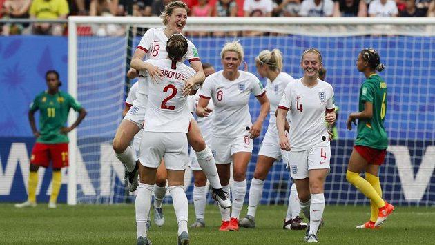 Fotbalistky Anglie se radují v duelu MS s Kamerunem.
