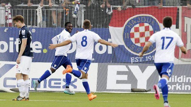 Fotbalista Hajduku Split Franck Ohandza (druhý zleva) slaví gól proti norskému Strömsgodsetu.