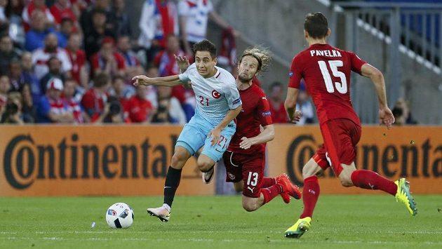 Turek Emre Mor byl velkým nebezpečím pro český tým. Na snímku se ho snaží zastavit Jaroslav Plašil a David Pavelka.