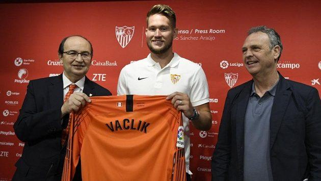 Tomáš Vaclík pózuje s dresem svého nového týmu. Bude hájit branku Sevilly