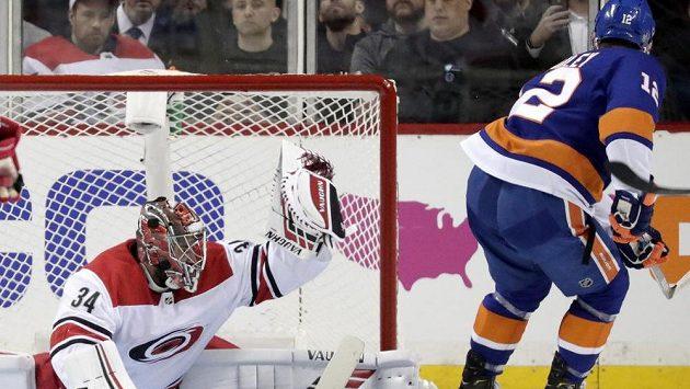 Brankář Caroliny Petr Mrázek chytá střelu Joshe Baileyho v utkání 2. kola play off NHL proti NY Islanders.