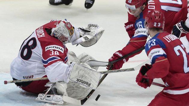 Ruský útočník Sergej Plotnikov (vzadu) se snaží překonat českého brankáře Dominika Furcha v utkání MS.