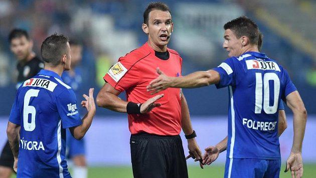 Jan Sýkora (vlevo) se Zdeňkem Folprechtem ze Slovanu Liberec a hlavní rozhodčí duelu proti Plzni Pavel Julínek (uprostřed).