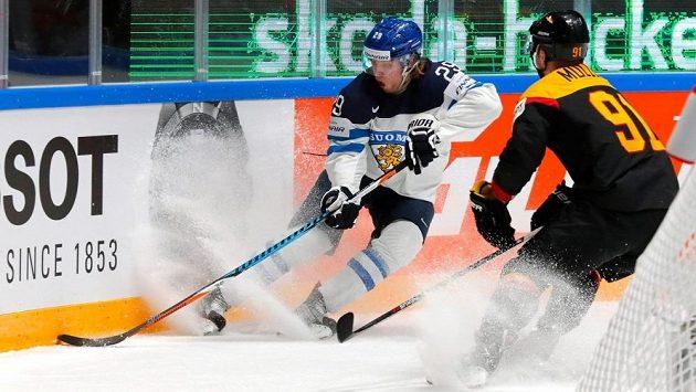 Finský talent Patrik Laine (vlevo) na světovém šampionátu v duelu proti Německu.