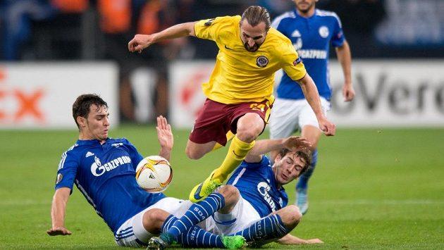 Petr Jiráček (ve žlutém) ze Sparty a Leon Goretzka (vpravo) a Kaan Ayhan ze Schalke