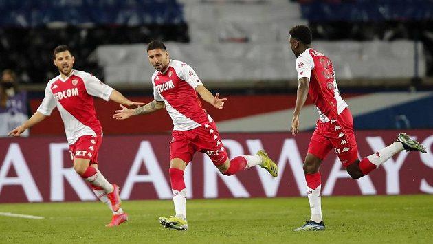 Guillermo Maripan (uprostřed) se spoluhráči z Monaka oslavuje gól proti PSG.