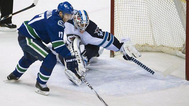 Útočník Vancouveru Radim Vrbata překonává brankáře Winnipegu Michaela Hutchinsona.