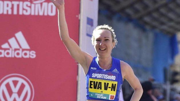 Eva Vrabcová-Nývltová v cíli pražského půlmaratonu.