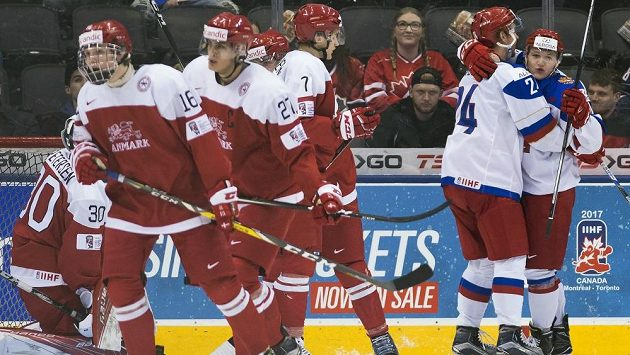 Ruští hokejisté Kirill Kaprizov (vpravo) a Michail Vorobjov slaví gól proti Dánsku ve čtvrtfinále MS hráčů do 20 let.