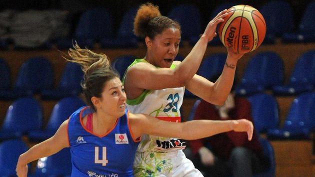 Brněnská basketbalistka Ashleigh Fontenetteová (vpravo) z IMOSu odchází.