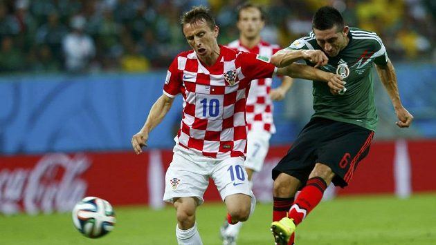 Mexičan Hector Herrera (vpravo) v souboji s Chorvatem Lukou Modričem.