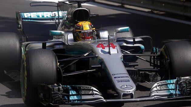 Britský pilot Lewis Hamilton kraloval kvalifikaci na Velkou cenu Ázerbájdžánu.