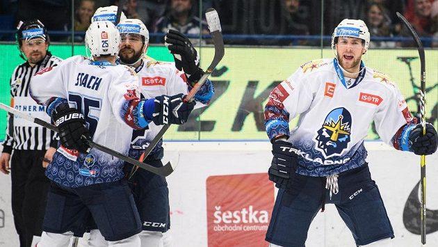 Brady Austin z Kladna (vpravo) oslavuje se spoluhráči vítězný gól v duelu s Pardubicemi.