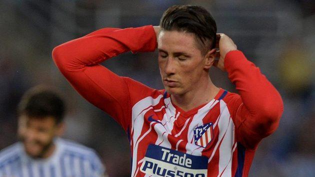 Zdrcený Fernando Torres z Atlétika Madrid po nejtěžší prohře týmu v sezóně v San Sebastianu.