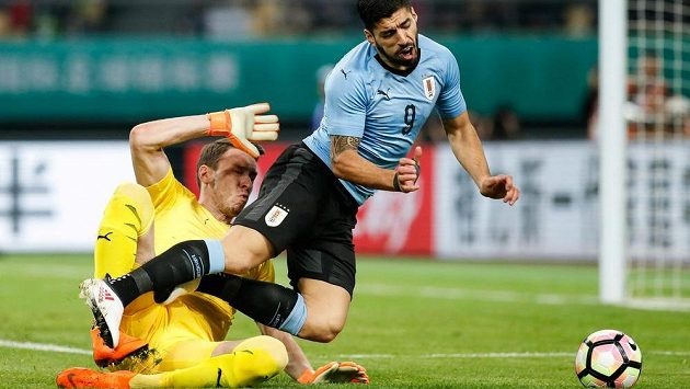 Jiří Pavlenka ve vápně fauluje uruguayskou hvězdu Luise Suáreze. Z následného pokutového kopu útočník Barcelony vstřelil první gól utkání.