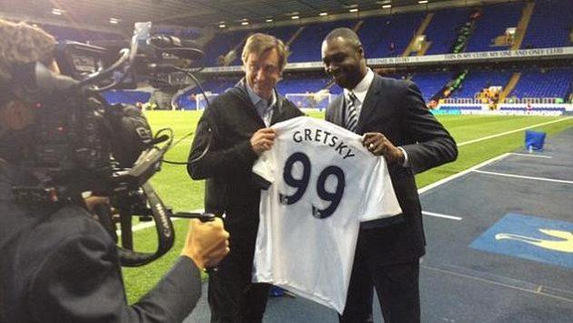 Bývalý fotbalista Tottenhamu Ledley King (vpravo) předává dres Waynu Gretzkému