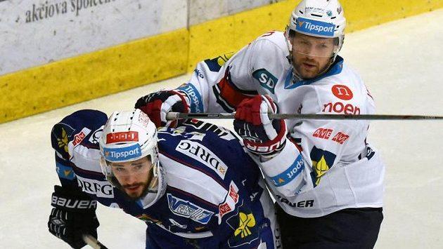 Útočník Komety David Ostřížek (vlevo) v souboji s chomutovským obráncem Tomášem Harantem.