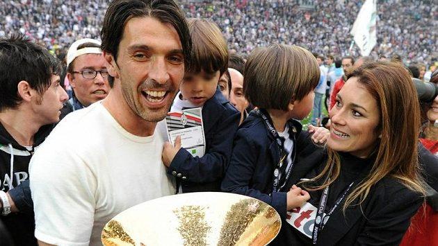 Gianluigi Buffon s jednou z nesčetných trofejí, kterou získal - pohárem pro mistra. Spolu s ním se raduje i jeho bývalá manželka Alena Šeredová a synové David Lee a Louis Thomas