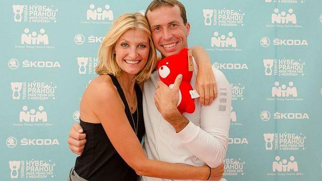 Tereza Maxová a Radek Štěpánek, radost, kterou dětem dává medvěd.