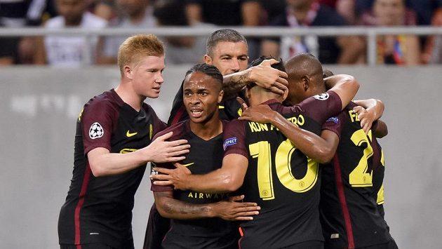 Radost hráčů Manchesteru City po jednom z gólů na hřišti Steauy.